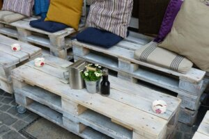 Selbstgebaute Gartenmöbel aus Paletten