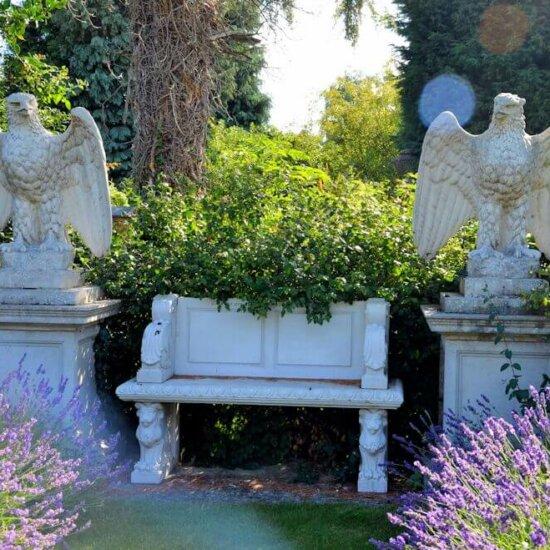 Steinbank als romantische Sitzecke