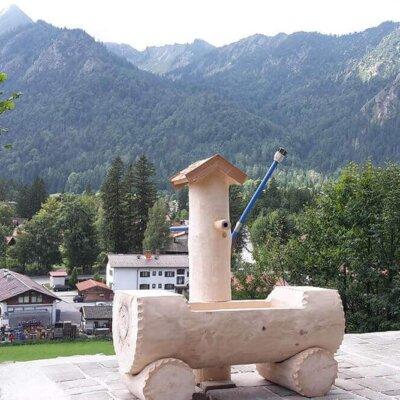 Holzbrunnen im Alm-Stil