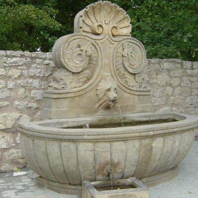 Standbrunnen mit Wasserspeier