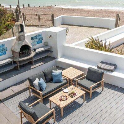 Mediterrane Terrasse mit weißen Steinmauern