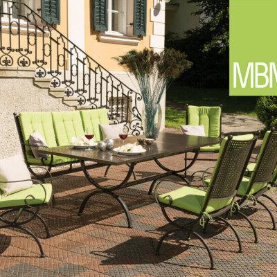 Metallmöbel im Vintage-Stil mit hellgrünen Sitzkissen