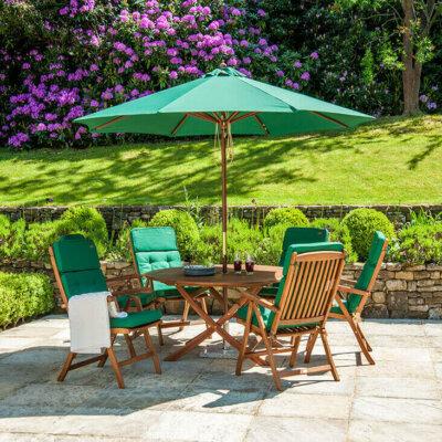 Schlichte Terrasse mit grünen Sitzkissen