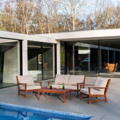 Moderne und minimalistisch gestaltete Terrasse mit Pool