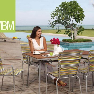 Moderne Terrasse mit großem Pool im Hintergrund