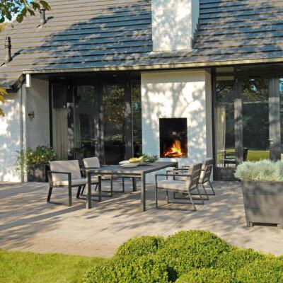 Ein Ofen im Terrassenbereich ist ein Blickfang und wärmt an kühlen Abenden