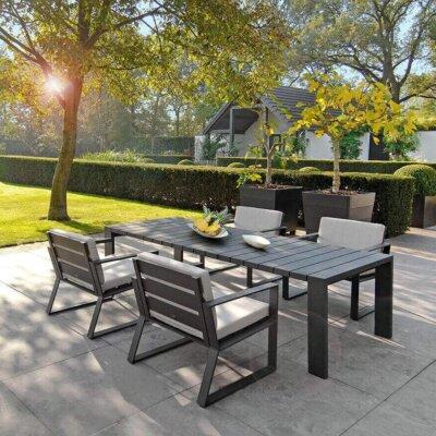 Terrasse mit modernen Natursteinplatten.