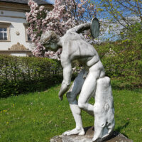 Männliche Steinfigur in Schlossgarten