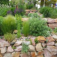 3-stufige Steinmauer aus Natursteinen