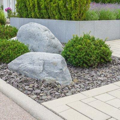 Büsche und Steine im Vorgarten an Gehweg © Fotolia.com