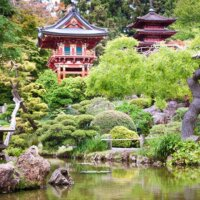 Asiatischer Garten mit Wasserlauf