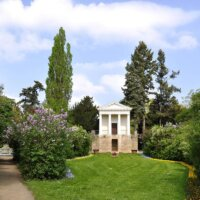 Großer Garten mit altgriechischem Gebäude