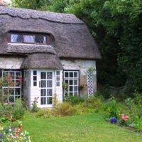 Kleiner Garten vor romantischem Häuschen