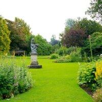 Großer Garten mit Statue © Fotolia.com - compuinfoto