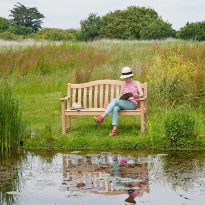 Naturbelassener Gartenteich mit Sitzbank © Gartentraum.de
