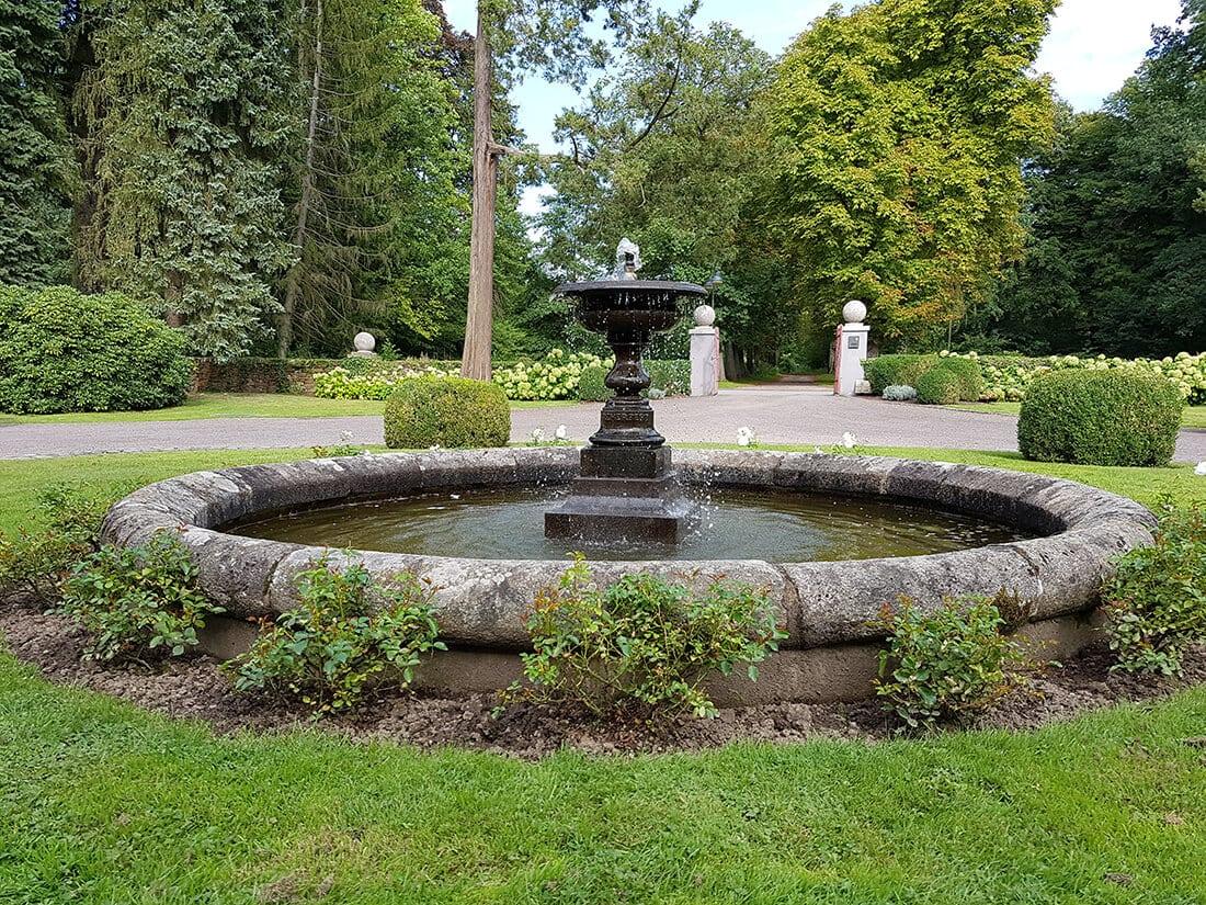 Klassischer Brunnen Aus Naturstein