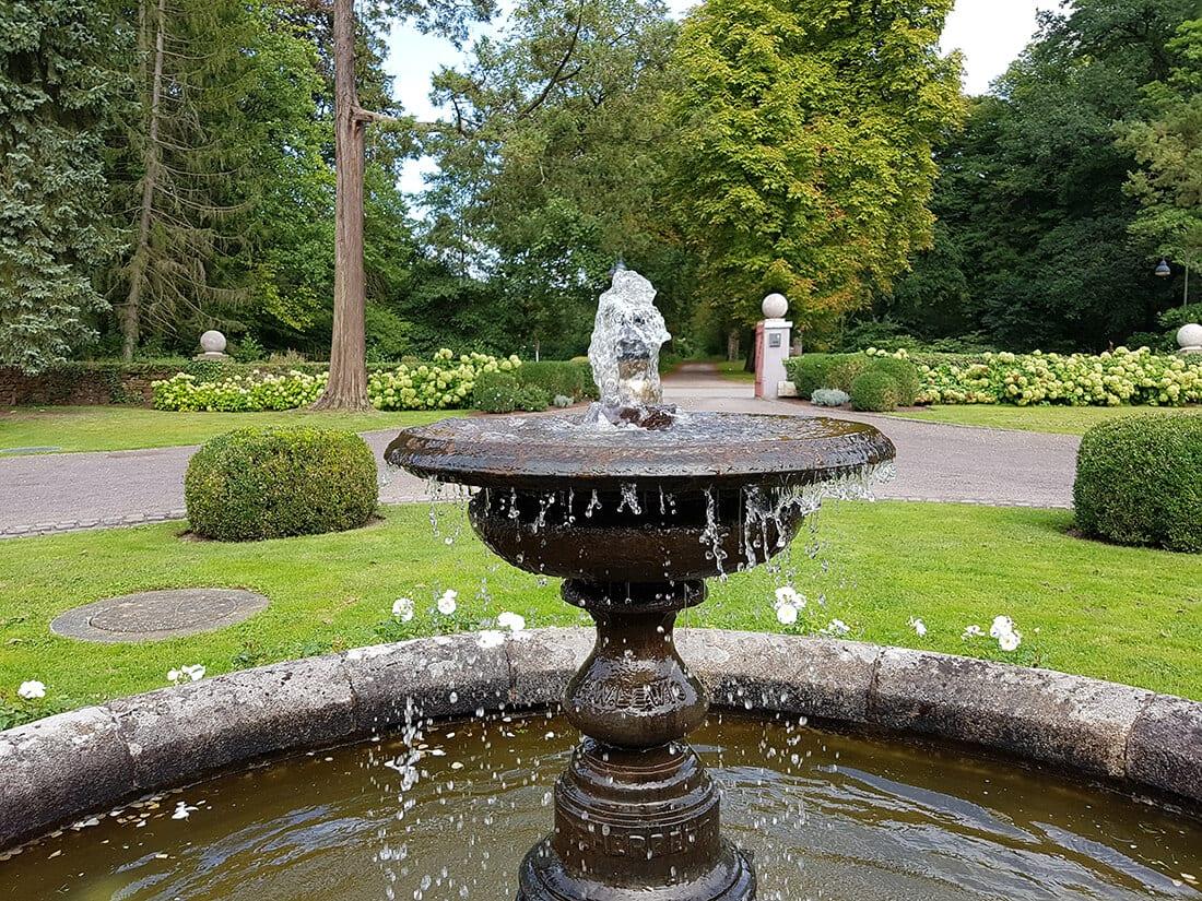 Springbrunnen in großer Gartenanlage