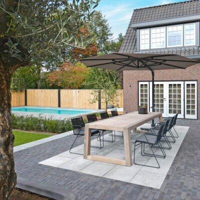 Dunkle Terrassenplatten mit schwarzen Gartenmöbeln