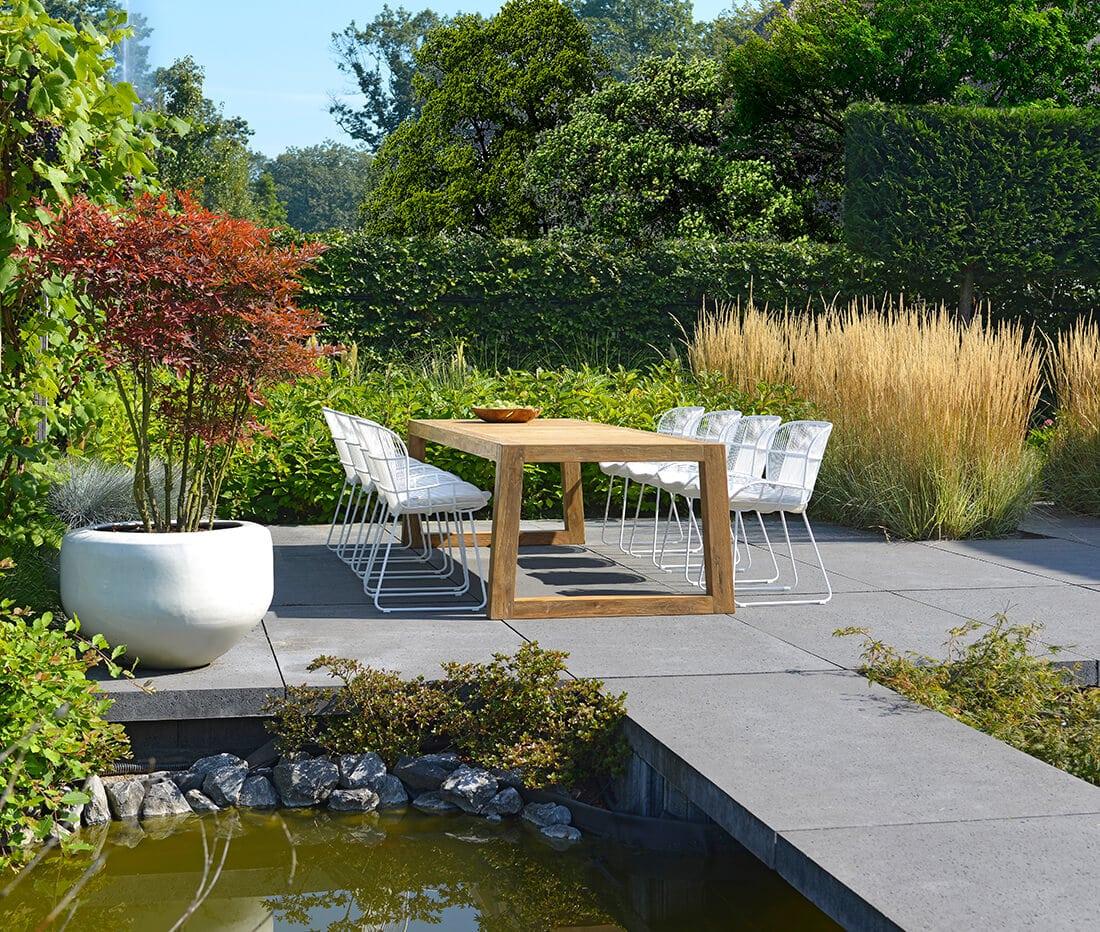 Natürlicher Gartenteich mit moderner Steinterrasse