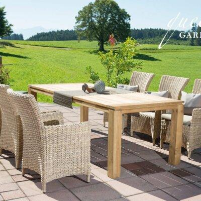 Helle Sitzmöbel auf hellen Terrassenplatten