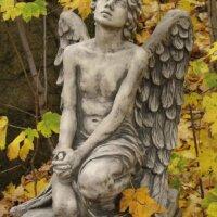 Kniender Engel