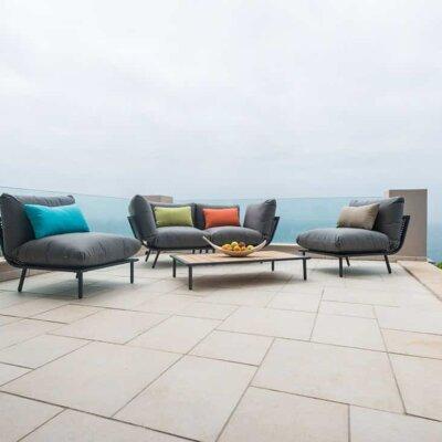 Helle Terrassenplatten mit modernen Sitzmöbeln
