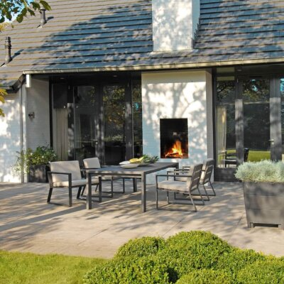 Schlicht designte Terrasse mit einfarbigen Terrassenplatten © Borek Gartenmöbel