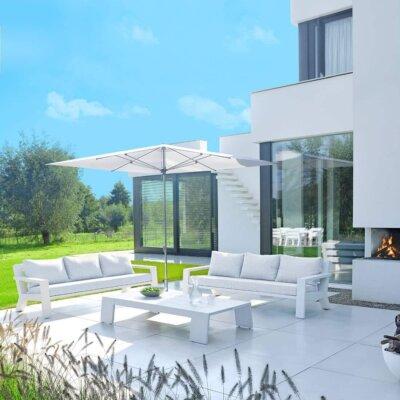Weiße Terrasse mit weißen Terrassenplatten und weißen Möbeln