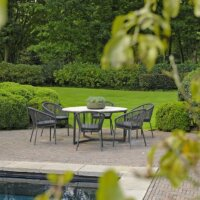 Immergrüne Hecken umschließen die gemütliche Terrasse