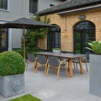 Modern gestaltete Terrasse mit grauen Terrassenplatten