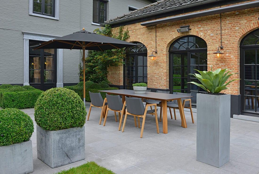 Modern gestaltete Terrasse