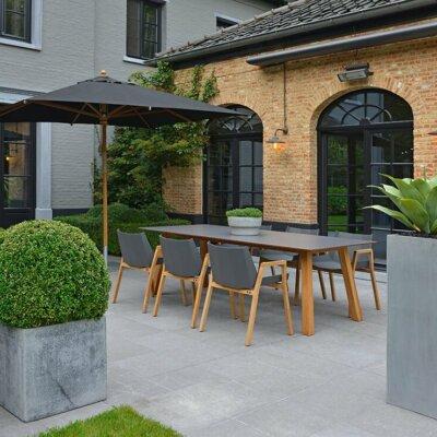 Graue Terrassenplatten mit moderner Einrichtung