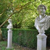 Statuen in einer Reihe