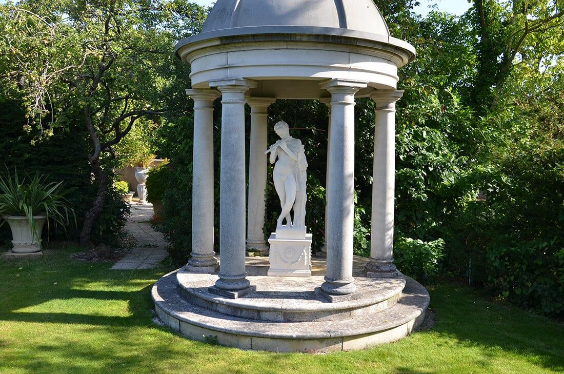 Pavillon mit antiker Statue
