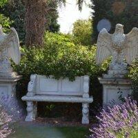 Adlerfiguren neben Steinbank