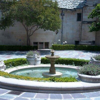 Mediterraner Brunnen mit Lavendelpflanzen