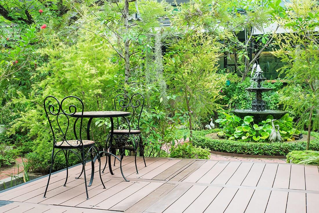 Terrasse mit Gartenbrunnen