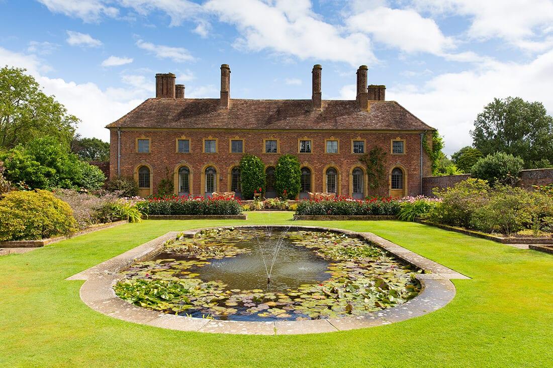 Natürlicher Brunnen in großer Gartenanlage