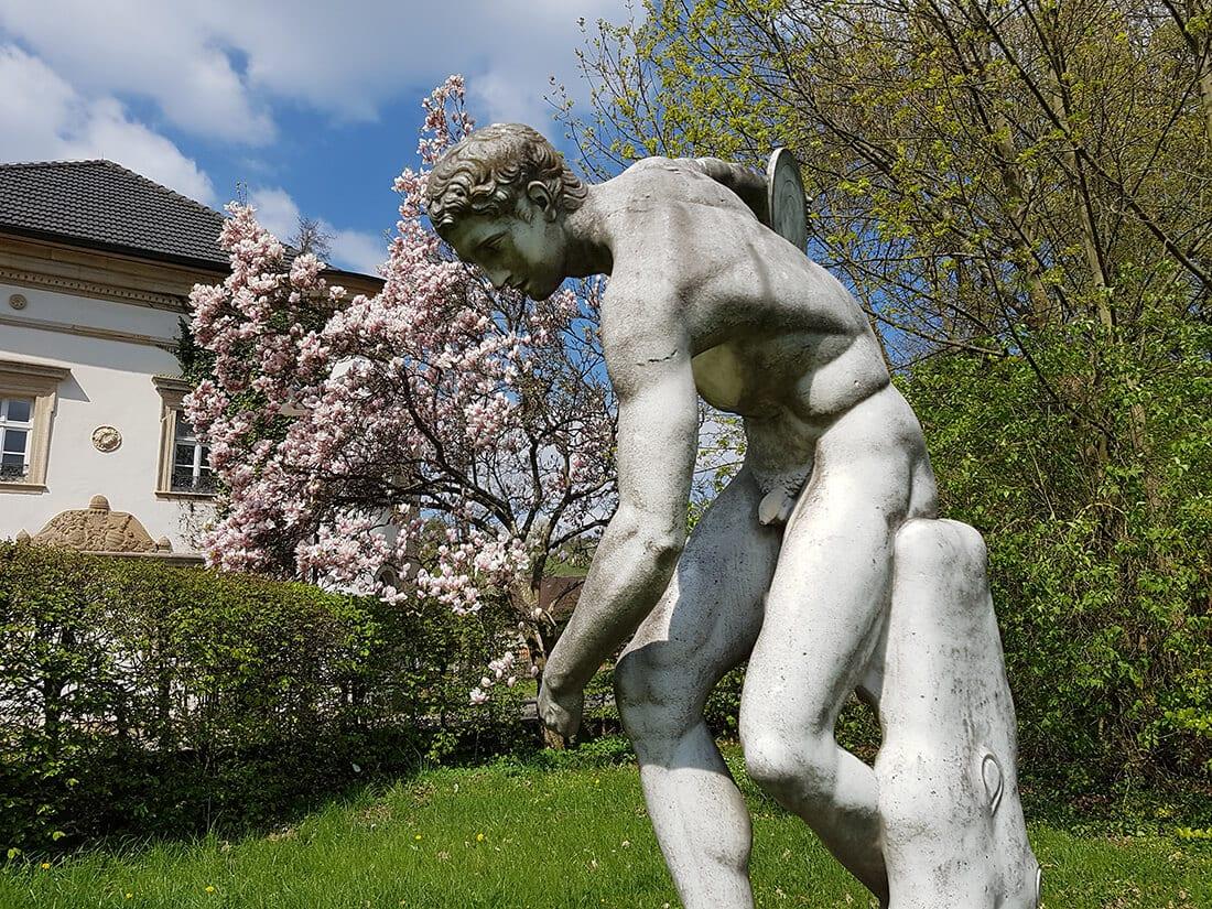 Statue in einem Schlosspark