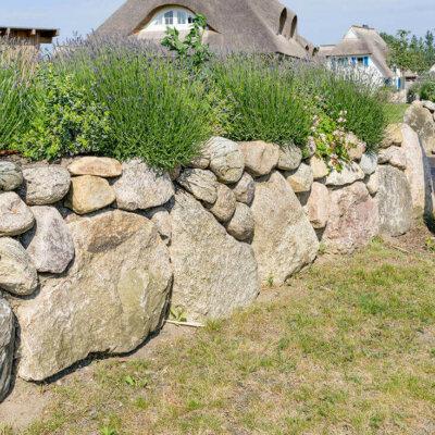 Natursteinmauer als Sichtschutz