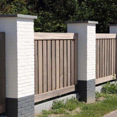 Gartenzaun aus Holz und Stein als Sichtschutz
