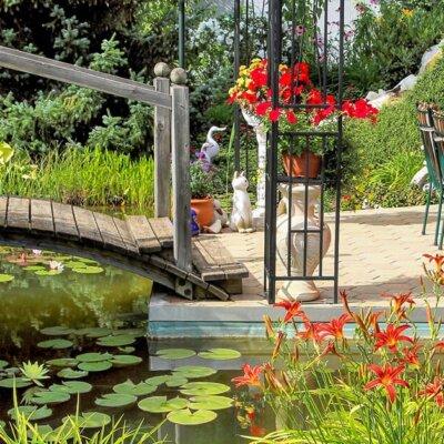 Garten mit Brücke über Gartenteich © Fotolia.com - stockpics
