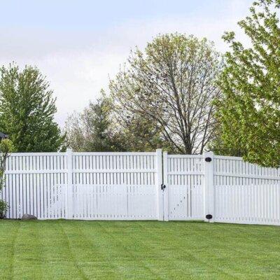 Weißer Zaun aus Plastik als Sichtschutz