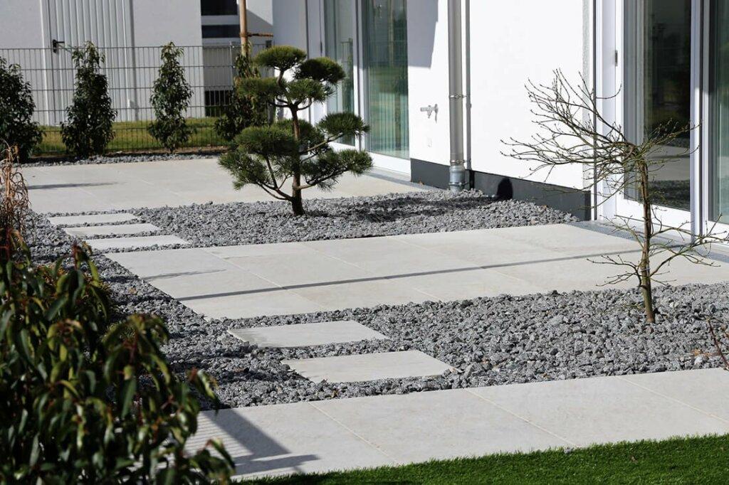 Graue Terrassenplatten mit Kies