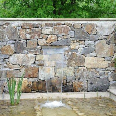 Moderner Steinbrunnen
