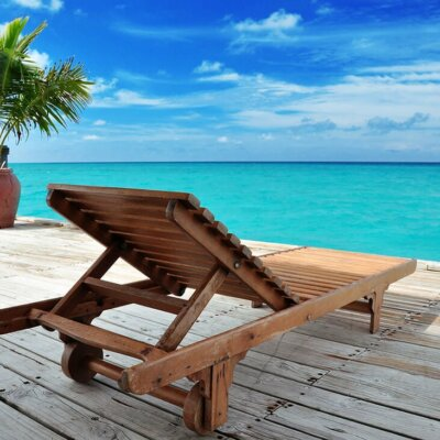 Liegestuhl auf Holzterrasse am Meer © otolia.com - MARIMA