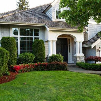 Konservativ gestalteter Vorgarten mit Hecke als Sichtschutz