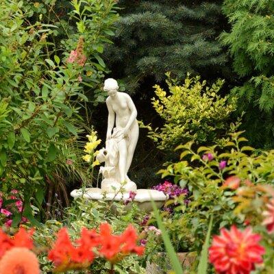Mediterraner Gartenbrunnen mit Skulptur