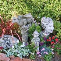 Figuren im Blumenbeet