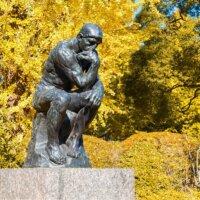 Statue von denkendem Mann